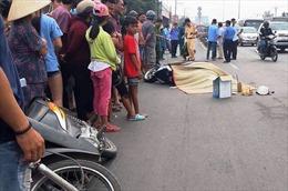2 xe máy va chạm, một phụ nữ bị xe buýt cán tử vong