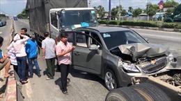 Ô tô tải tông liên hoàn khi dừng đèn đỏ, nhiều người la hét cầu cứu
