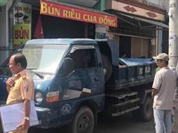 Xe tải đi lùi vào hẻm đâm bé gái 2 tuổi tử vong