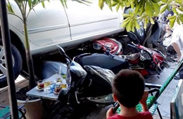 Nữ tài xế lùi ô tô ra đường, cuốn 4 xe máy vào gầm
