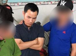 Bắt đối tượng gài chất gây nổ trong micro chiều 29 Tết khiến 2 mẹ con bị thương