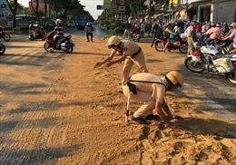 Người đi xe máy ngã hàng loạt vì xe chuyển phát nhanh đổ hóa chất xuống đường