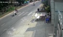 Bỏ chạy khi thấy CSGT, xe máy lao vào nhà dân khiến 2 người thương vong