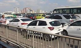 Bốn ô tô đâm liên hoàn dính chặt nhau trên cầu Sài Gòn, giao thông vẫn đang ùn tắc
