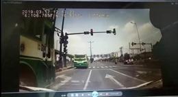 Tránh xe buýt vượt đèn đỏ, xe ben suýt gây tai nạn kinh hoàng