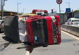Xe tải lật ngang trên đường Phạm Văn Đồng, giao thông ùn tắc nghiêm trọng
