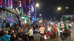 Hàng trăm người dân theo dõi công an khám xét quán karaoke Phúc XO