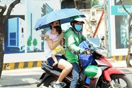 Người dân TP Hồ Chí Minh chật vật chống chọi nắng nóng như 'đổ lửa'
