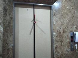 Giải cứu 8 người mắc kẹt trong thang máy
