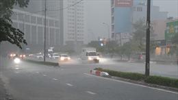 Mưa lớn, nhiều tuyến đường ở TP Hồ Chí Minh mênh mông trong nước