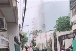 Nhà ba tầng trong hẻm bất ngờ bùng cháy dữ dội