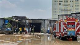 Cháy xưởng chứa giường nệm y tế trong bãi xe ô tô