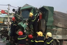 Đâm vào đuôi xe tải trên cầu vượt An Sương, tài xế xe ben tử vong