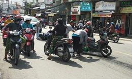 Hàng loạt xe máy bị trượt ngã do dầu nhớt đổ trên đường