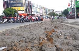 Xe tải đổ cả tấn bùn đất xuống đường, nhiều người đi xe máy trượt ngã