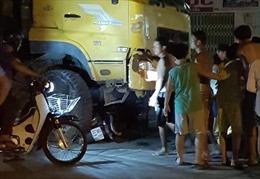 Xe ben đâm 2 xe máy, cô gái 19 tuổi tử vong thương tâm