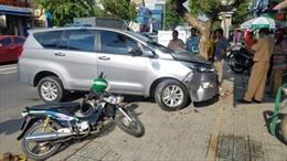 Ô tô nổ lốp đâm trúng tài xế GrabBike