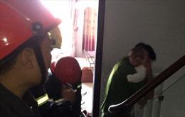 Hai bà cháu hoảng loạn khi mắc kẹt trong thang máy