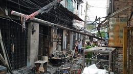 Bình gas rơi ra đường phát nổ, 7 căn nhà trong chợ cháy rụi