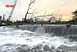Triều cường gây vỡ bờ bao, nhiều nhà dân quận 8 chìm trong nước