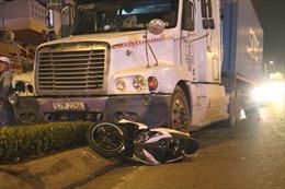 Xe container mất phanh khi đổ dốc cầu, tông ba người văng xa nhiều mét