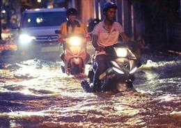 TP Hồ Chí Minh: Triều cường dâng cao, người dân lại 'bì bõm'