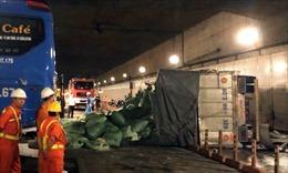 Xe tải mất phanh đâm vào xe khách, lật trong hầm Thủ Thiêm