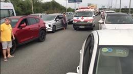 Hành động đẹp của các lái xe khi nhường đường cho xe cấp cứu đi qua điểm ùn tắc