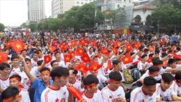 Hàng trăm cổ động viên 'tiếp lửa' cho đội tuyển Việt Nam