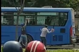 Nhóm côn đồ cầm hung khí đập vỡ kính xe buýt, hành khách hoảng loạn kêu cứu