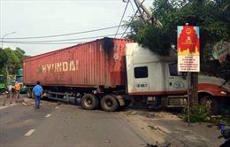Xe container nổ lốp đâm sập nhà dân