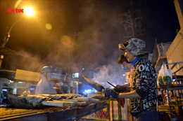 Phố cá lóc nướng ở TP Hồ Chí Minh nhộn nhịp ngày vía Thần Tài