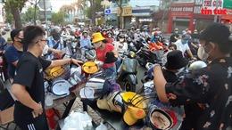 Mũ che mặt 'chống dịch COVID-19' tại TP Hồ Chí Minh đắt hàng, nhưng không chắc ngăn được virus