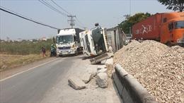 Xe tải nổ lốp đâm vào dải phân cách rồi lật nghiêng giữa quốc lộ