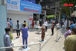 TP Hồ Chí Minh: Người nghèo đến cây 'ATM gạo' xếp hàng và được kiểm tra thân nhiệt