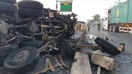 Xe ben nổ lốp mất lái lật ngang, bốc cháy dữ dội trên quốc lộ 1A