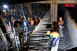 Cận cảnh công nhân tất bật thi công đổ bê tông xuyên đêm dưới lòng đất ga ngầm Bến Thành