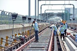 Công nhân miệt mài thi công tuyến metro Bến Thành-Suối Tiên dưới nắng nóng gay gắt