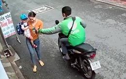 Bắt lái xe GrabBike cướp giật điện thoại của người phụ nữ bồng con