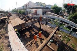 Tháo dỡ cầu sắt Bình Lợi 118 tuổi vượt sông Sài Gòn