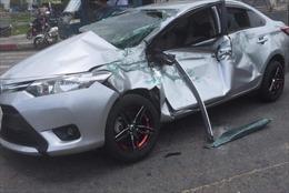 Xe tải cẩu tông nhiều ô tô và xe máy, 5 người bị thương