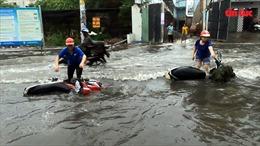 Mưa lớn, nhiều tuyến đường TP Hồ Chí Minh ngập sâu trong biển nước