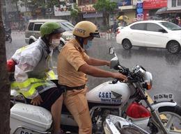 Đại úy Công an nhường áo mưa, đưa thí sinh đến điểm thi đúng giờ