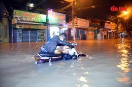 TP Hồ Chí Minh mưa lớn kéo dài, hàng loạt xe máy, ô tô 'bơi' trong biển nước
