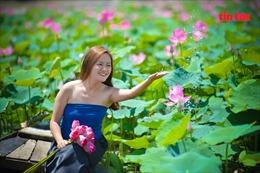 Hồ sen và cánh đồng hoa hướng dương nở rộ 'hút' giới trẻ đến 'sống ảo'