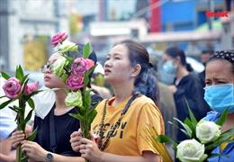 Dâng hoa sen, gõ chuông cầu bình an cho cha mẹ trong mùa Vu lan báo hiếu