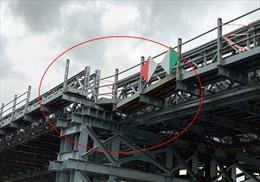 Sà lan đâm lệch nhịp cầu sắt An Phú Đông đang xây dựng