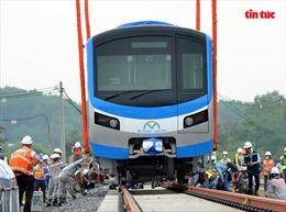 Đoàn tàu metro Bến Thành-Suối Tiên được bốc dỡ xuống depot Long Bình để lắp vào ray