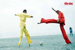 Phấn khích với trận bóng đá trên đôi cà kheo ở bãi biển