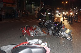 Ô tô 7 chỗ đâm 10 xe máy dừng đèn đỏ, nhiều người bị thương